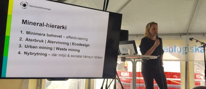 Svemins Emma Härdmark på scen hos SGU - Sveriges geologiska undersökning.